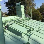 Bandtäckning i erggrönt och ordentligt med taksäkerhet