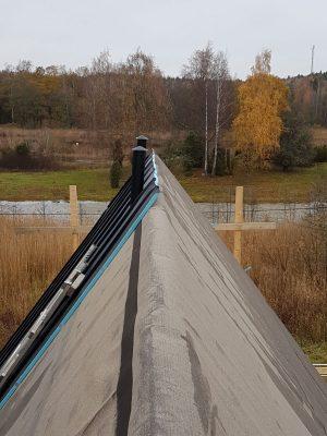 Bild från nock som visar brant tak